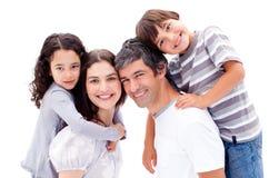 Parents donnant à leurs enfants une conduite de ferroutage Photos stock