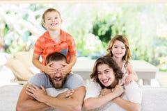 Parents donnant sur le dos à leurs enfants Images libres de droits
