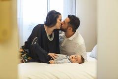 Parents embrassant et étant affectueux avec leur bébé garçon Images stock