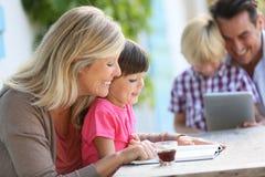 Parents enseignant à enfants la lecture Photos libres de droits