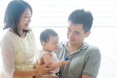 Parents et bébé asiatiques photo libre de droits