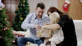 Parents et cadeau de Noël d'ouverture de fille clips vidéos