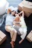 Parents et descendant sur l'étage avec des pouces vers le haut Photos stock