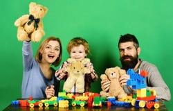 Parents et enfant dans la salle de jeux Famille avec les visages espiègles photographie stock