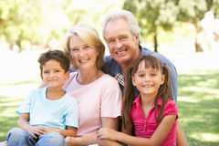 Parents et enfants appréciant le jour Image libre de droits