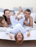 Parents et enfants ayant l'amusement dans le bâti Photo stock