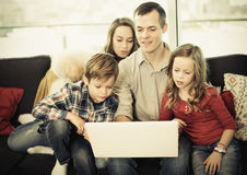 Parents et enfants heureux d'observer le film Images stock
