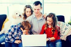 Parents et enfants heureux d'observer le film Image libre de droits