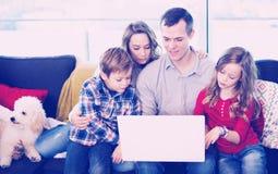Parents et enfants heureux d'observer le film Photos libres de droits