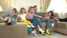 Parents et enfants heureux, lent-MOIS clips vidéos