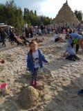 Parents et enfants jouant avec le sable Images libres de droits