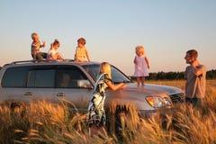 Parents et enfants sur le véhicule tous terrains sur le fie wheaten Image stock