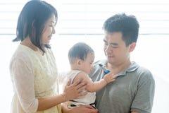 Parents et fils asiatiques de bébé images libres de droits