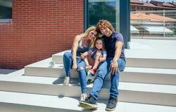 Parents et fils devant la nouvelle maison Images libres de droits