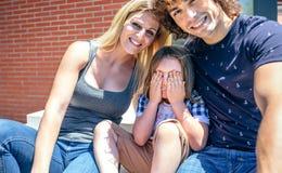 Parents et fils timide devant la nouvelle maison Image libre de droits