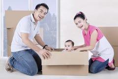 Parents et jeu d'enfant heureux avec la boîte photo libre de droits