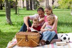 Parents et leurs enfants s'affichant en stationnement Image stock