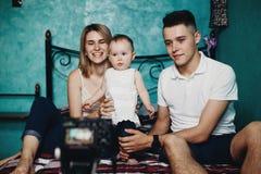 Parents et vidéo d'enregistrement de fille pour le blog photo stock
