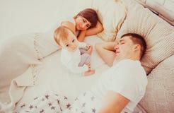Parents fatigués et somnolents Photo stock