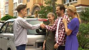 Parents gifting des clés de nouvelle automobile au fils adolescent aimant, présent parfait pour le BD banque de vidéos