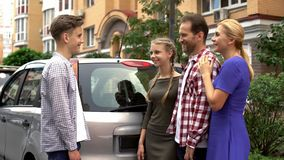 Parents gifting la nouvelle automobile au fils adolescent aimant, présent parfait pour l'anniversaire photos libres de droits