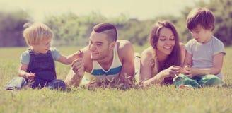 Parents heureux avec des enfants Image stock