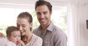 Parents heureux avec la chéri banque de vidéos