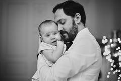 Parents heureux avec le bébé dans la chambre décorée pour Noël photos libres de droits