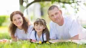 Parents heureux avec le bébé en parc photos stock