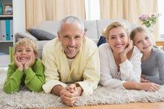 Parents heureux avec leurs enfants sur le plancher Photos libres de droits