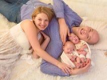 Parents heureux des jumeaux nouveau-nés image libre de droits