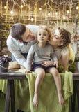 Parents heureux embrassant leur vieille fille de cinq ans Image libre de droits