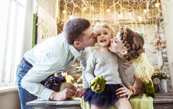 Parents heureux embrassant leur vieille fille de cinq ans Images libres de droits