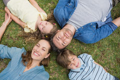 Parents heureux et enfants se trouvant au parc image stock