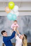Parents heureux et leur petite fille Portrait d'une jeune famille avec des ballons images libres de droits