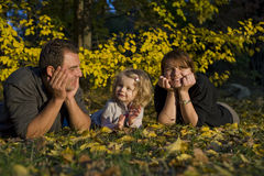 Parents heureux et petite fille image stock