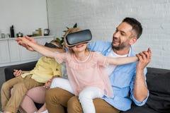 parents heureux jouant avec des enfants utilisant des casques de réalité virtuelle photographie stock libre de droits