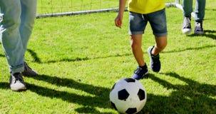 Parents heureux jouant le football avec leur fils banque de vidéos