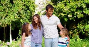 Parents heureux se tenant avec leurs enfants clips vidéos