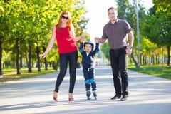 Parents heureux tenant leur fils photo libre de droits