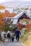 Parents japonais avec l'enfant marchant dans un Forest Park de temple d'Enkoji à Kyoto, Japon, pendant l'automne Photos stock