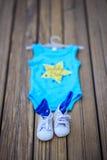 parents Jeunes couples heureux en prévision du bébé Les chaussettes de bébé avec I aiment la maman et j'aime le papa écrit sur el Image libre de droits
