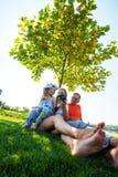 Parents joyeux avec la petite fille riante prenant le selfie dans Photo libre de droits