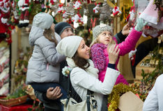 Parents with kids at X-mas market Royalty Free Stock Photography
