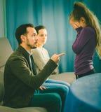 Parents la figlia parlante fotografie stock libere da diritti