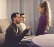 Parents a la hija que da una conferencia Fotos de archivo
