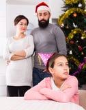 Parents a la hija que da una conferencia en la Navidad Imagen de archivo