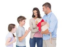 Parents le chiot gifting aux enfants sur le fond blanc photographie stock libre de droits