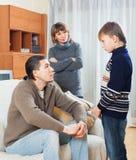 Parents le fils réprimandant d'adolescent Photo stock