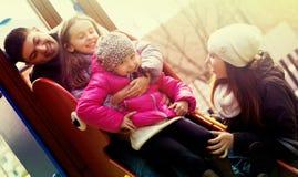 Parents les enfants de aide sur la glissière Photographie stock